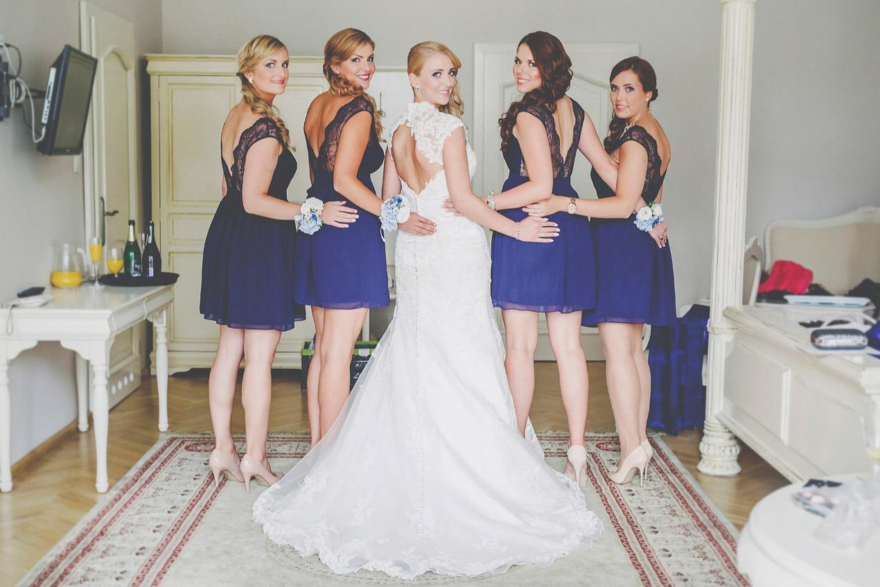 wesele w Pałacu Brunów, druhny, panna młoda, bukiet, przygotowania, chabrowe sukienki