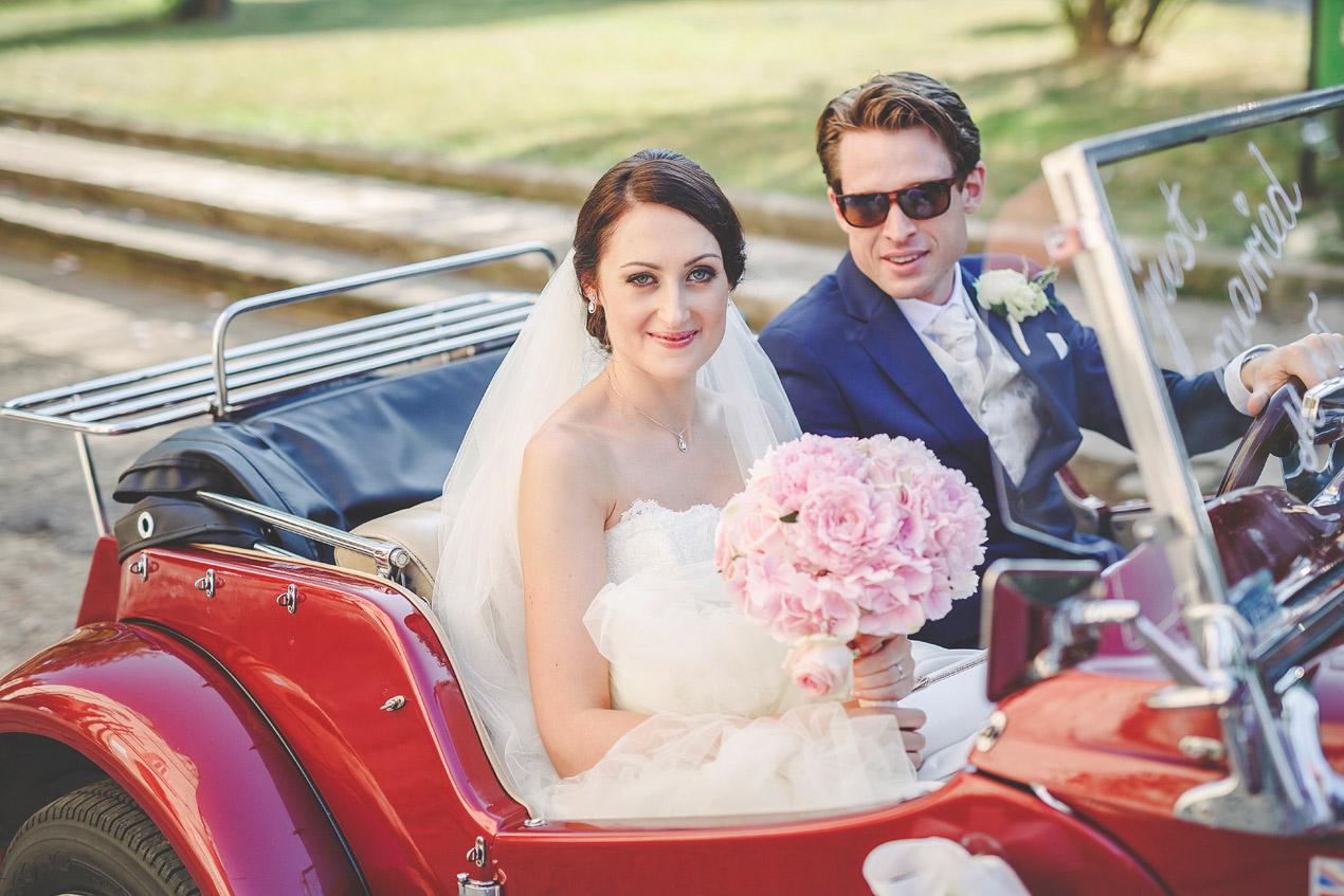 Pałac Brunów, slub, wedding, dolny slask, fotograf, czerwony samochód do ślubu, kabriolet, MG, retro