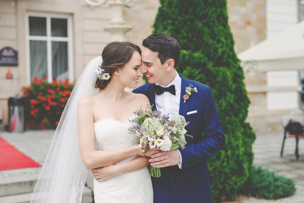 reportaż ślubny, pałac brunów, młoda para,