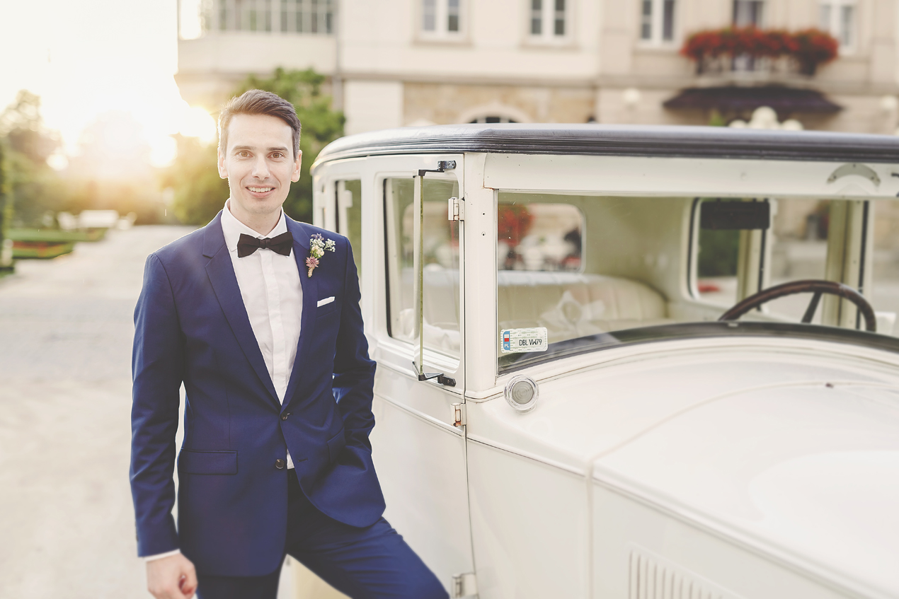 Pałac Brunów, slub, wesele, pan młody przy samochodzie, buick, retro samochód