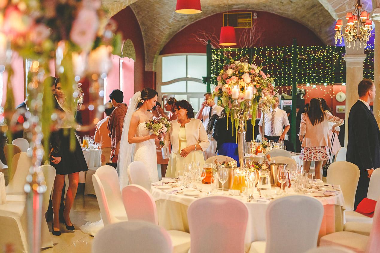 Pałac Brunów, dekoracja stołów, kwiaty, świece, powozownia, wesele