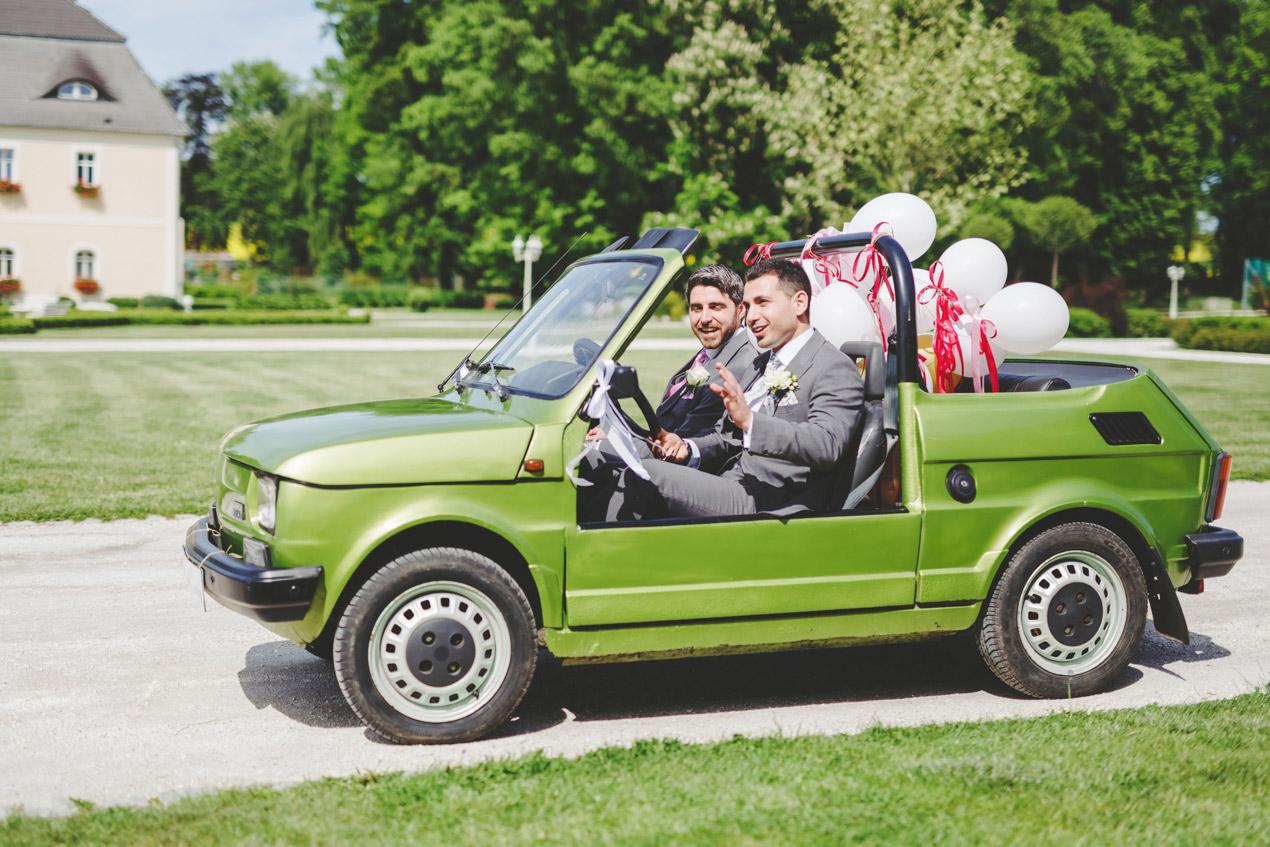 fotografia ślubna, Pałac Brunów, fotograf ślubny Jelenia Góra, zdjęcia ślubne, wesele w pałacu, maluch kabriolet