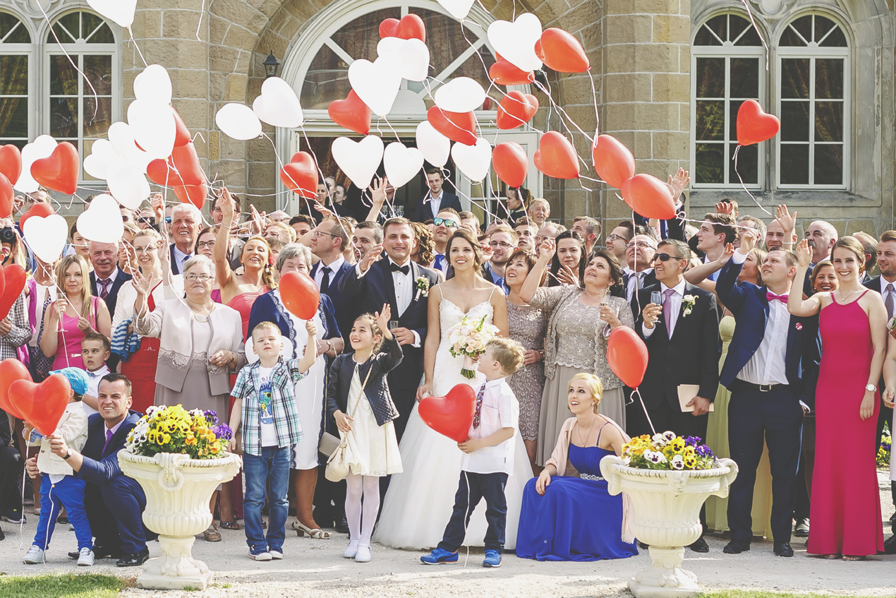 Pałac Brunów zdjęcie grupowe, balony w kształcie serca, fotografia ślubna
